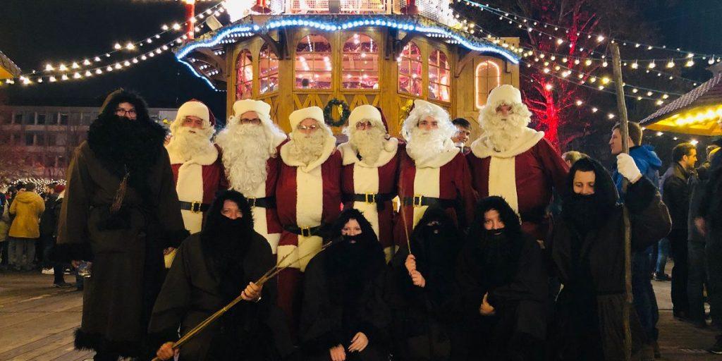 Die Wirtschaftsjunioren Karlsruhe bei rent a nikolaus mit freiwilligen zum Nikolaus und Knecht Ruprecht verkleidete Wirtschaftsjunioren auf dem Weihnachtsmarkt