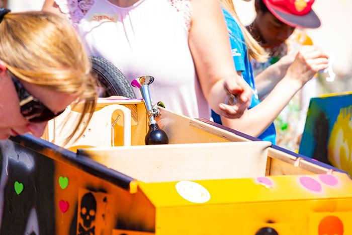 Der Bau eines Rennwagen beim Seifenkistentag / Seifenkistenrennen der WJ Wirtschaftsjunioren Karlsruhe für Kinder aus dem St. Antonius-Kinderheim organisiert vom AKTU Arbeitskreis Technik und Umwelt unterstützt durch den WJ Smile soziales Engagement für Kinder