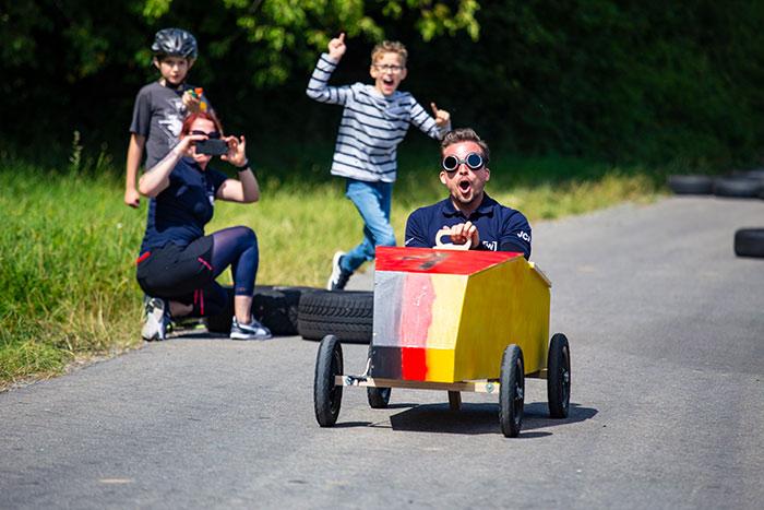 Ein Rennfahrer Seifenkistentag / Seifenkistenrennen der WJ Wirtschaftsjunioren Karlsruhe für Kinder aus dem St. Antonius-Kinderheim organisiert vom AKTU Arbeitskreis Technik und Umwelt unterstützt durch den WJ Smile soziales Engagement für Kinder
