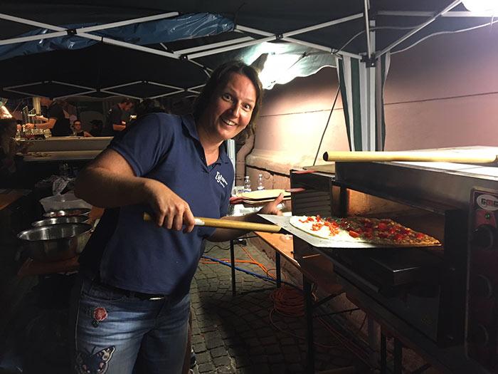WJ Smile mit ihrem Stand beim Altstadt Fest in Durlach hier beim Flammkuchenverkauf