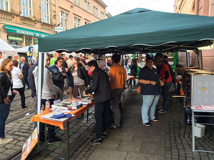 Wirtschaftsjunioren Karlsruhe WJKA und WJ Smile mit ihrem Stand beim Altstadt Fest in Durlach