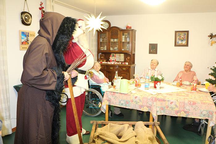 Nikolaus und Knecht Ruprecht der WJ Smile beim Plätzchenbacken im Altersheim