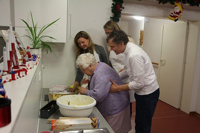 WJ Smile beim Plätzchenbacken im Altersheim hier wird noch selbst gebacken