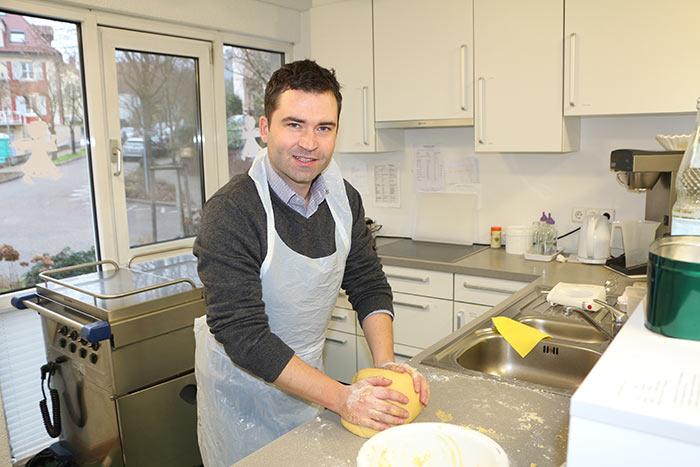 WJ Smile beim Plätzchenbacken im Altersheim hier wird noch selbst gebacken und von Hand geknetet
