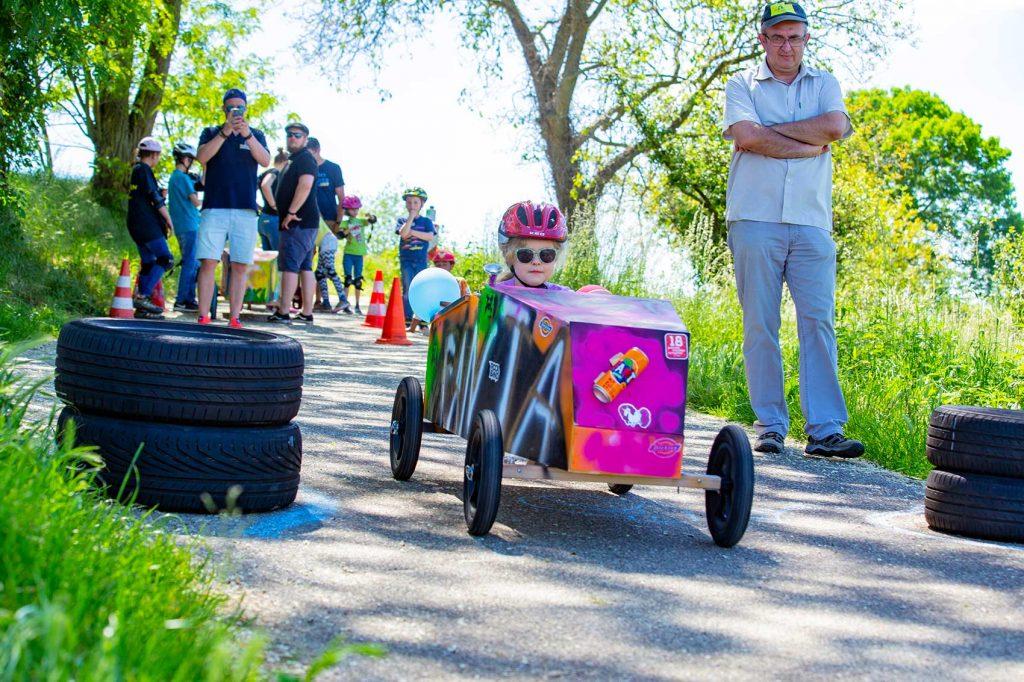 Eine kleine Rennfahrerin beim Seifenkistentag / Seifenkistenrennen der WJ Wirtschaftsjunioren Karlsruhe für Kinder aus dem St. Antonius-Kinderheim organisiert vom AKTU Arbeitskreis Technik und Umwelt unterstützt durch den WJ Smile soziales Engagement für Kinder